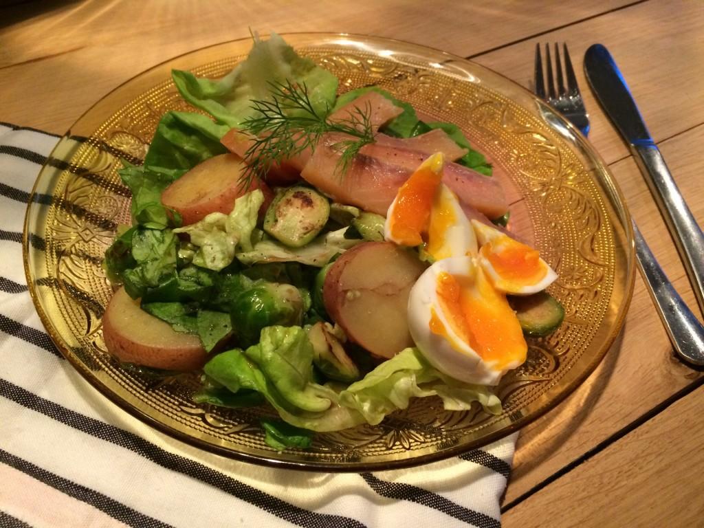 Salade met spruiten, gerookte zalm en ei