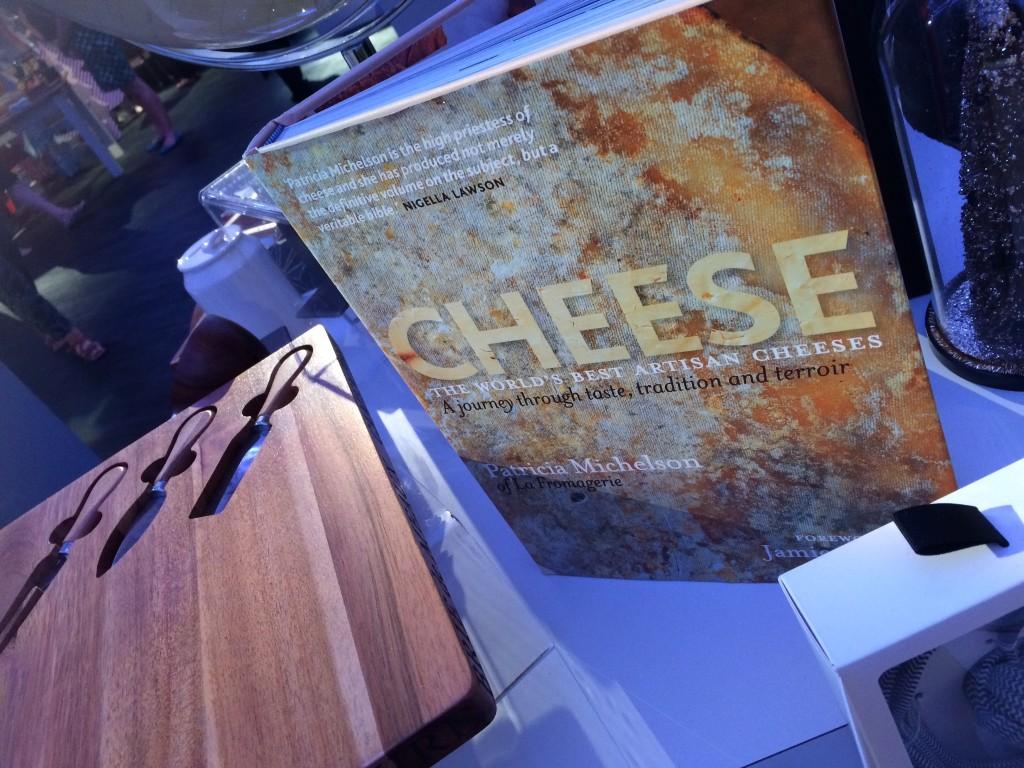 Een tof foodie cadeau: deze kaasplank met mesjes erin.