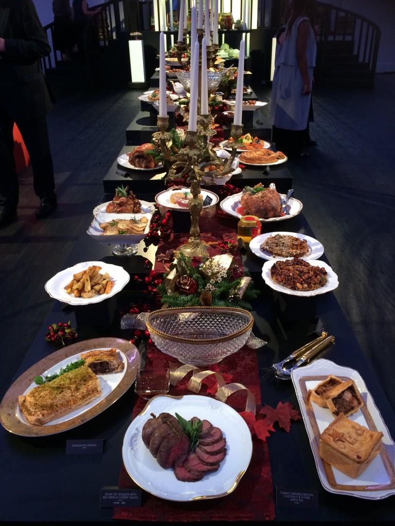 Dit is wel echt heel kerstig, zo'n tafel vol. Als je niet te lang zelf in de keuken wilt staan ben je aan het goede adres: veel dingen zijn kant-en-klaar (maar niet uit een pakje!)