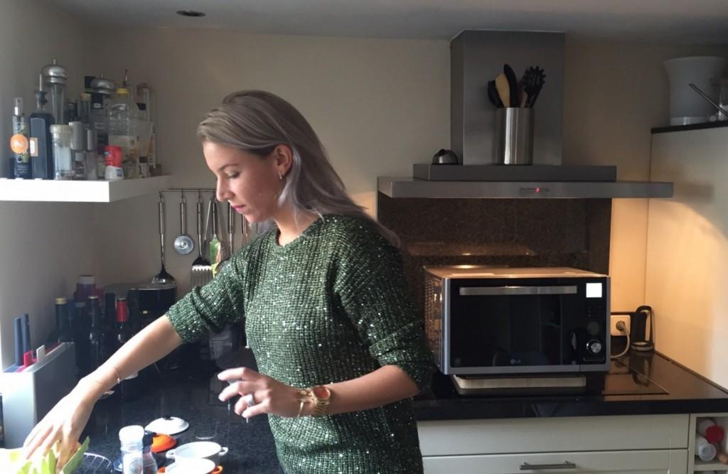 koken met magnetron op achtergrond