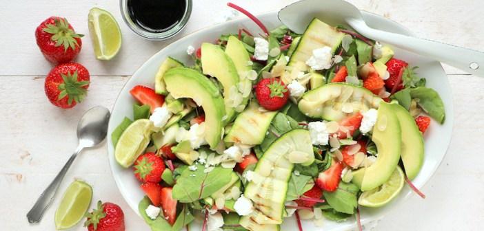 Salade van snijbiet, aardbei en avocado